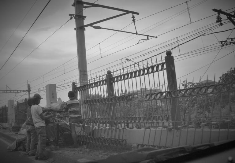 Pekerja membangun pagar rel (3 Des 2015) (2)